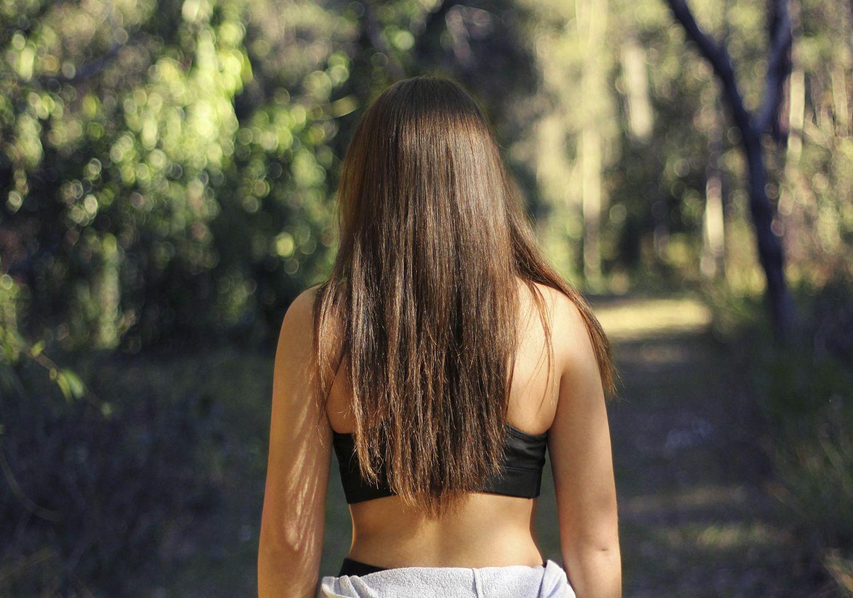 Eine Frau in der Rückenansicht. Thema: Bandscheibenvorfall Symptome